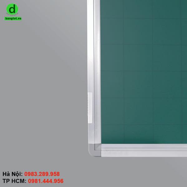 Mặt bảng được làm bằng thép từ tính màu xanh phủ sơn chống lóa Hàn Quốc.