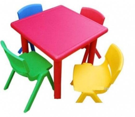 Bàn nhựa đúc cho bé được dùng nhiều trong gia đình, trường mầm non mẫu giáo và trung tâm ngoại ngữ