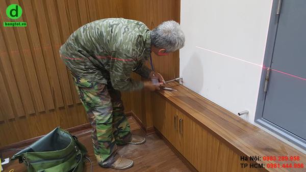 Lắp đặt bảng kính gắn tường cho phòng họp công ty Vintrig