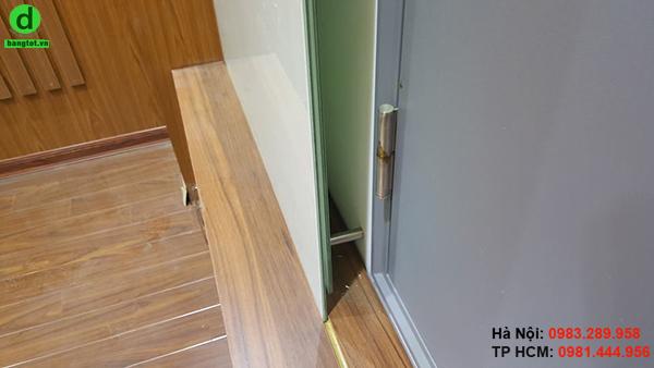 Bảng kính trắng văn phòng được gắn cố định lên tường nhờ các ốc inox
