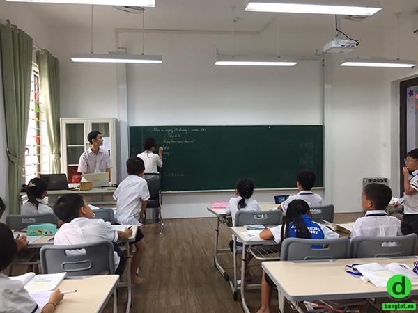 Bảng trượt lên xuống được lắp đặt tại trường tiểu học Archimedes