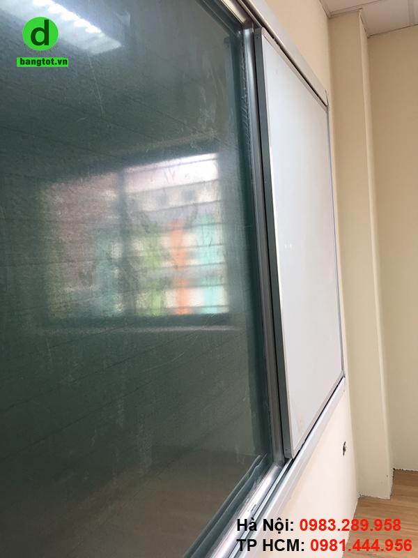 Bảng trượt ngang gồm 2 loại bảng: bảng trắng viết bút dạ, bảng xanh viết phấn