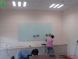 Lắp đặt bảng kính văn phòng