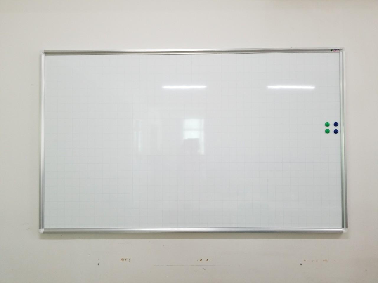 Lắp bảng từ trắng treo tường