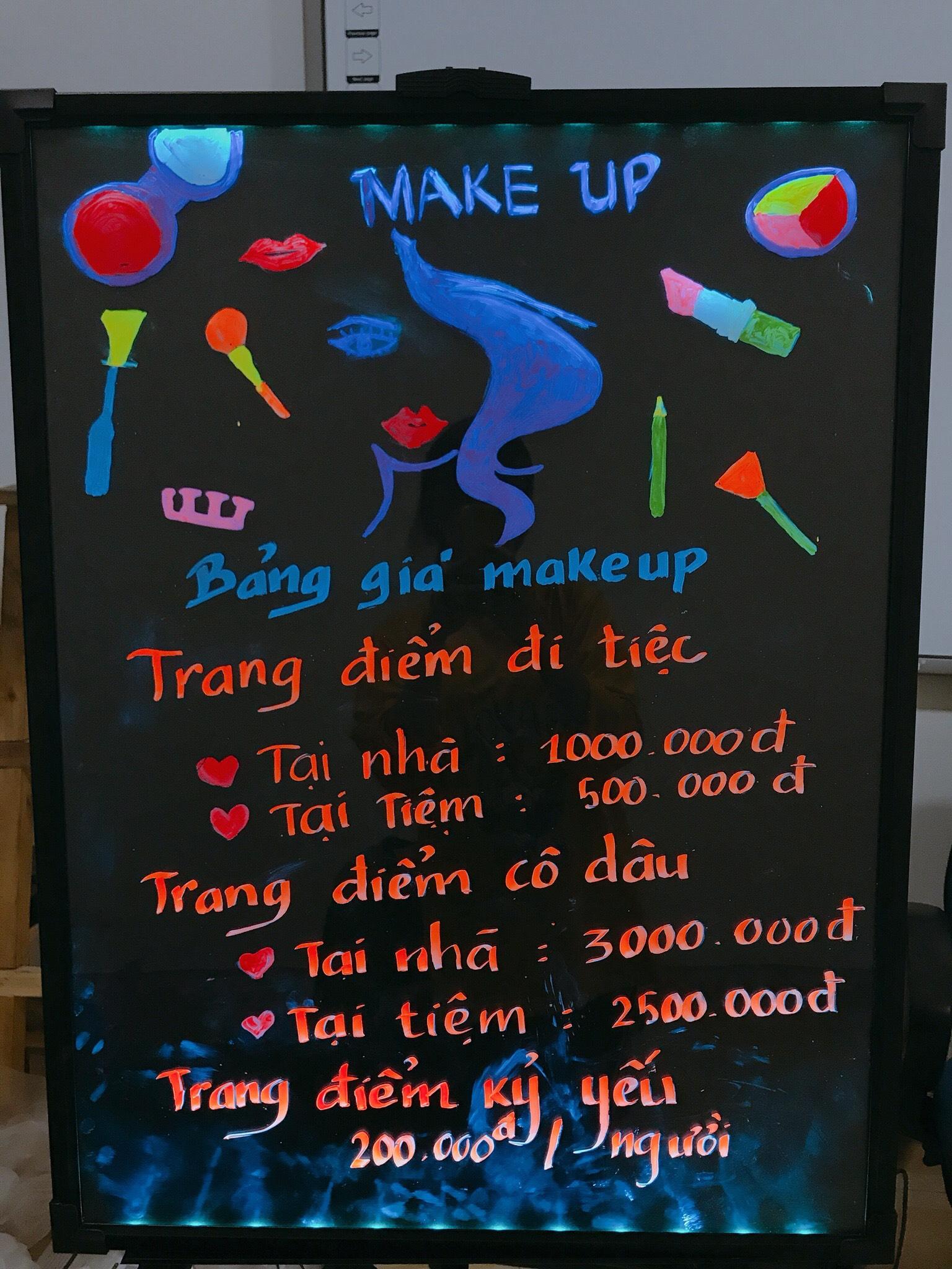 Bảng dạ quang quảng cáo tiệm makeup