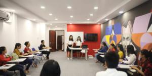 Lắp đặt bàn ghế dạy học cho trung tâm Anh ngữ Jaxnita