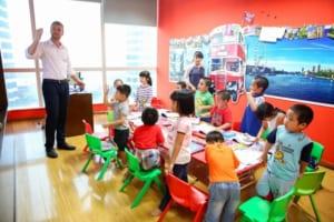 Lắp đặt bàn ghế nhựa đúc cho trung tâm Tiếng Anh tại Hà Nội